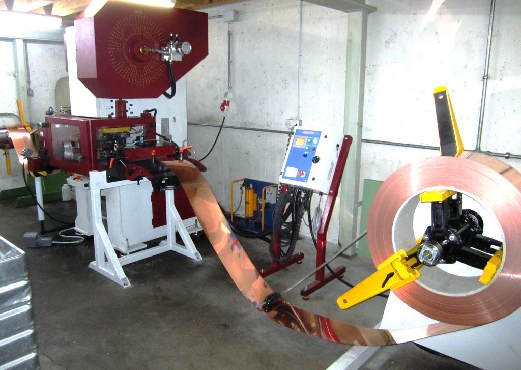Presse mécanique / Presse excentrique avec avance bande à rouleaux, dévidoir et cisaille