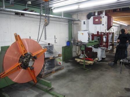Presse mécanique / presse excentrique avec avance bande à pince et dévidoir