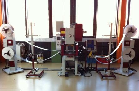 Stanzanlage mit Exzenterpresse / mechanische Presse, Servo-Walzenvorschub und Haspel